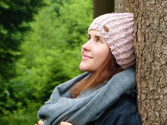 bruneta v čepici