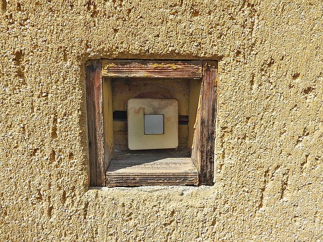 starý vypínač ve zdi