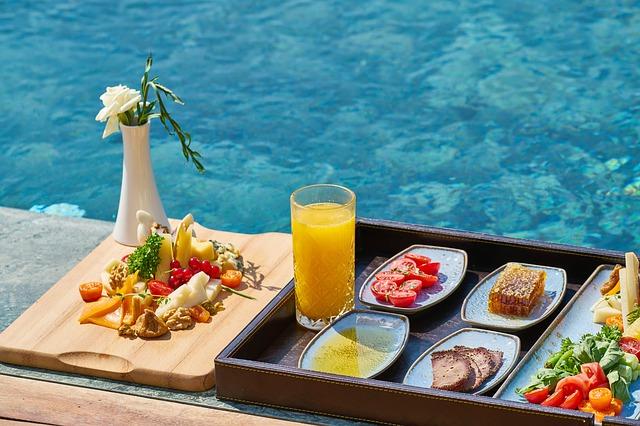 snídaně u bazénu.jpg