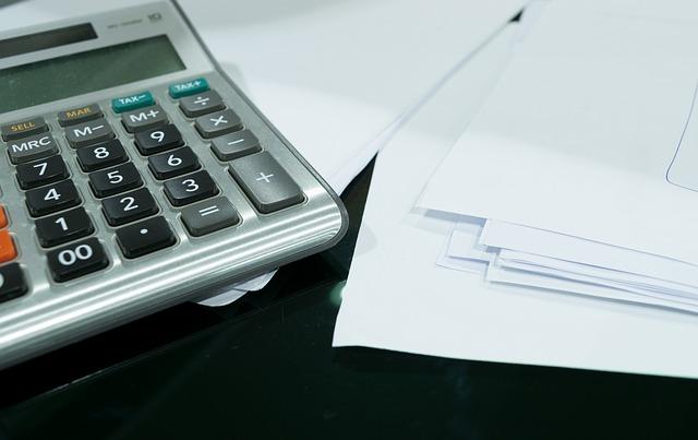 kalkulačka na stole.jpg