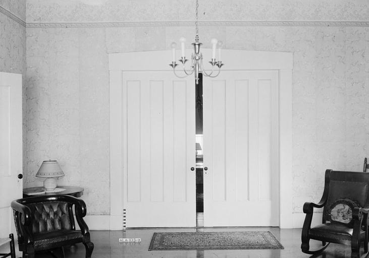 bílé posuvné dveře