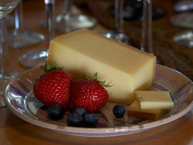 sýr na průhledném talíři