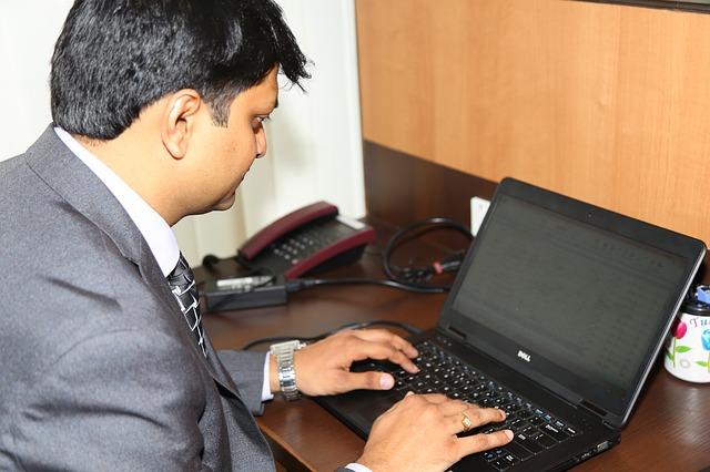 muž pracující na internetu